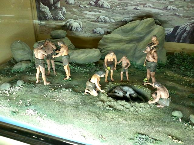 Little_world,_Aichi_prefecture_-_Main_exhibition_hall_-_Diorama_-_Living_of_Neanderthals