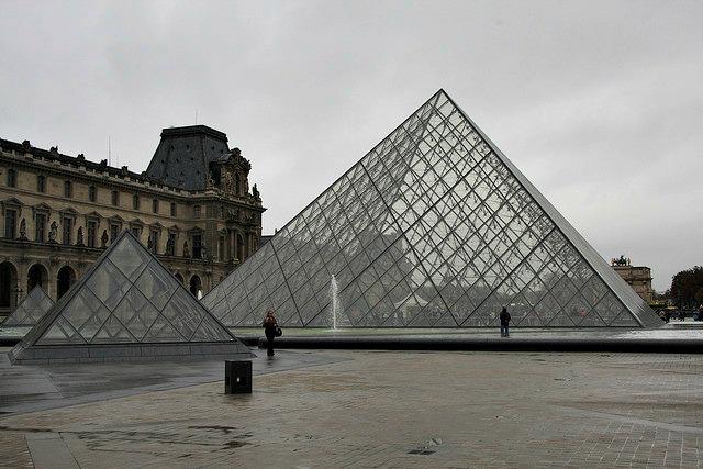 Pirámides en el Louvre. Image credit: mariosp cc2.0