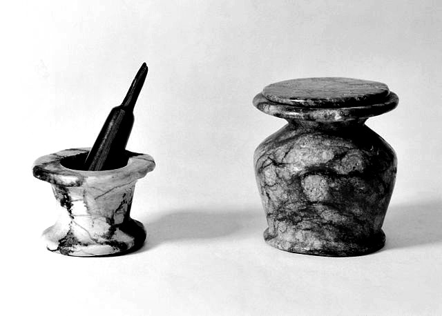 Ancient_Egyptian_Kohl_pot_minature_pestle_and_mortar