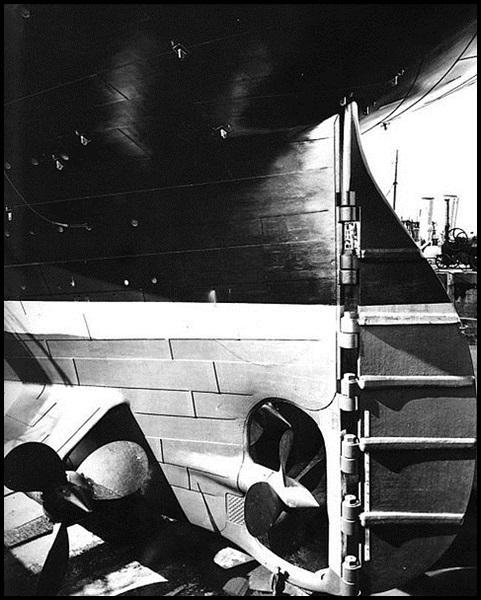 03a-Titanic_stern_and_rudder