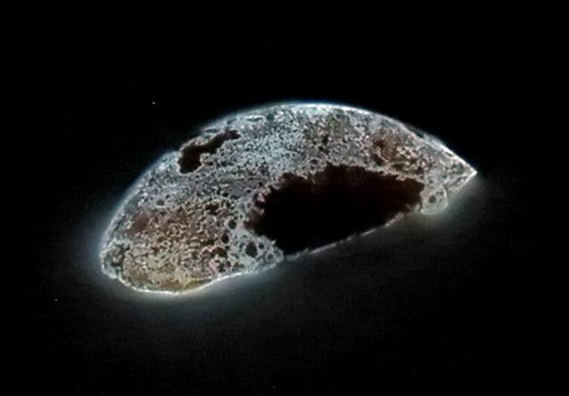 White_phosphorus_glowing